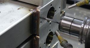Bild einer Traverse aus Edelstahl V4A bei der CNC-Bearbeitung