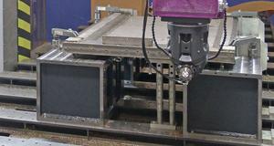 Bild der CNC Bearbeitung Fräsen und Gewindeschneiden eines Maschinenständers aus Edelstahl