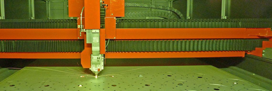 Laserschneidkopf bei der Fertigung von Laserbaugruppen
